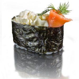 суши со сливочным сыром и копченым лососем